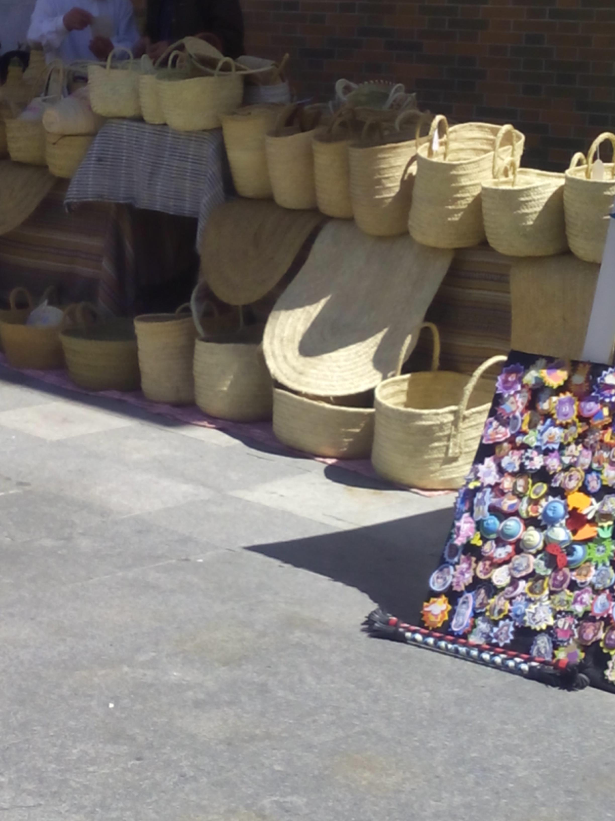 Cesta para la playa decorada con cenefa y aplicaciones crochet en las nubes - Cestas para la playa ...